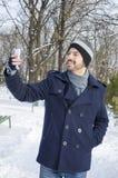 Молодой бородатый человек принимая selfie в парке Стоковые Изображения RF