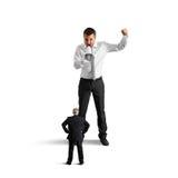 Молодой босс кричащий на старшем работнике Стоковые Фото