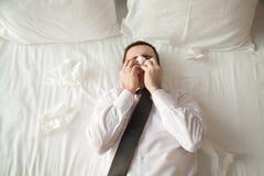 Молодой больной бизнесмена в кровати Стоковая Фотография