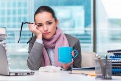 Молодой больной коммерсантки в офисе Стоковое фото RF