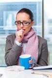 Молодой больной коммерсантки в офисе Стоковые Фото
