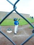 Молодой бэттинг мальчика на T-шарике Стоковое Изображение RF