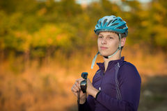 Молодой велосипедист в шлеме Стоковая Фотография