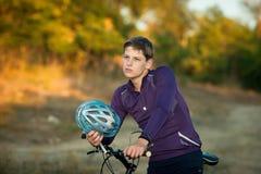 Молодой велосипедист в шлеме Стоковое фото RF