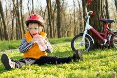 Молодой велосипедист наслаждаясь питьем освежая воды Стоковые Изображения
