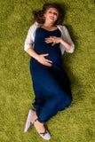 Молодой взгляд беременной женщины сверху стоковые фото