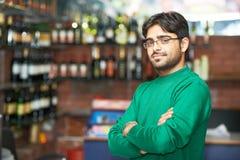 Молодой взрослый индийский сикхский человек продавца Стоковые Фото