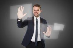 Молодой виртуальный экран againts нажима бизнесмена стоковые фотографии rf