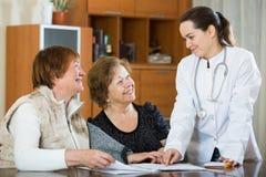Молодой врач получая зрелых пациентов в клинике стоковые фотографии rf