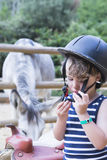 Молодой всадник приспосабливает его шлем стоковое фото rf