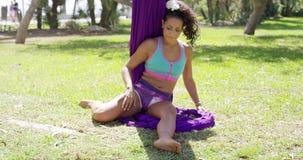 Молодой гимнаст разрабатывая в парке акции видеоматериалы