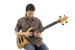 Молодой гитарист играет баса стоковое изображение
