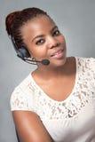 Молодой говорить агента центра телефонного обслуживания чернокожей женщины Стоковые Изображения