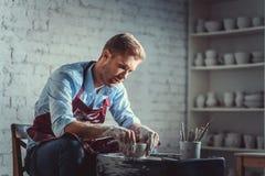 Молодой гончар на работе Стоковые Изображения RF