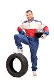 Молодой гонщик автомобиля держа шлем Стоковое Фото
