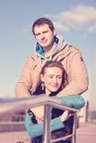 Молодой город весны пар, ослабляет имеет потеху, один другого влюбленности, счастливую семью, осень отношений концепции стиля иде Стоковые Изображения RF