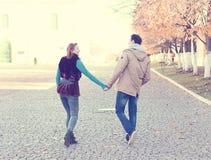 Молодой город весны пар, ослабляет имеет потеху, один другого влюбленности, счастливую семью, осень отношений концепции стиля иде Стоковые Фото