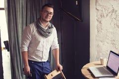 Молодой городской профессионал в startup офисе стоковые фото