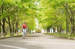 Молодой девочка-подросток ехать самокат Стоковые Фотографии RF