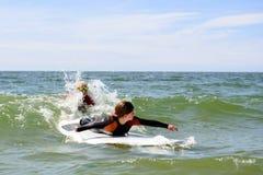 молодой девочка-подросток получая уроки прибоя на каникулах Стоковые Фото
