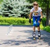 Молодой девочка-подросток практикуя ее кататься на коньках ролика Стоковые Фото