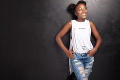 Молодой девочка-подросток представляя в студии Стоковые Изображения
