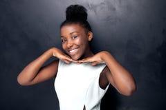 Молодой девочка-подросток представляя в студии Стоковые Изображения RF