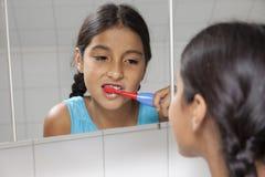 Молодой девочка-подросток чистя ее зубы щеткой Стоковое Изображение RF