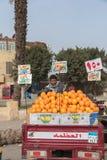Молодой египетский человек продавая апельсины на рынке Каира Стоковые Фотографии RF