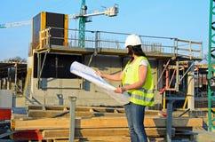 Молодой женский архитектор на строительной площадке строительного проекта стоковое изображение