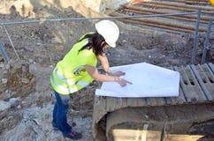 Молодой женский архитектор на строительной площадке строительного проекта стоковое фото