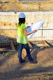 Молодой женский архитектор на строительной площадке строительного проекта Стоковая Фотография