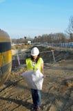 Молодой женский архитектор на строительной площадке стройки стоковые фото