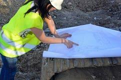 Молодой женский архитектор на строительной площадке стройки стоковое фото