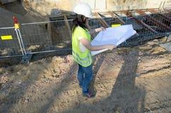 Молодой женский архитектор на строительной площадке стройки стоковое изображение
