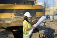Молодой женский архитектор на строительной площадке стройки стоковые фотографии rf