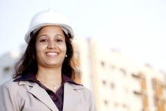 Молодой женский архитектор на строительной площадке стоковые фотографии rf