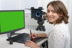 Молодой женский дизайнер используя таблетку графиков Стоковое Фото