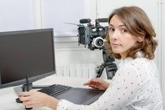 Молодой женский дизайнер используя таблетку графиков Стоковое фото RF