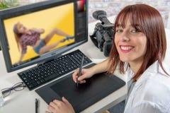 Молодой женский дизайнер используя таблетку графиков Стоковые Фото