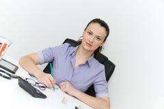 Молодой женский дизайнер работая с архитектурноакустическим планом Стоковая Фотография RF