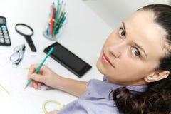 Молодой женский дизайнер работая с архитектурноакустическим планом Стоковое Изображение RF