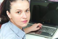 Молодой женский дизайнер работая с архитектурноакустическим планом Стоковые Изображения RF