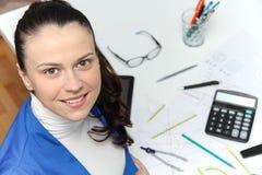 Молодой женский дизайнер работая с архитектурноакустическим планом Стоковая Фотография