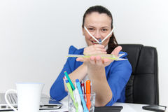 Молодой женский дизайнер работая с архитектурноакустическим планом Стоковое фото RF