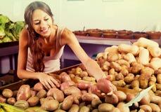 Молодой женский клиент принимая картошки Стоковая Фотография