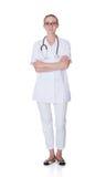 Молодой женский доктор Standing Оружия Crossed Стоковое Фото