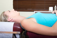 Молодой женский пациент ждать на медицинском Pin Стоковые Фотографии RF