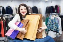 Молодой женский покупатель с сумками Стоковые Изображения RF