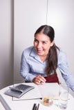 Молодой женский профессионал имеет большой смех стоковые фото